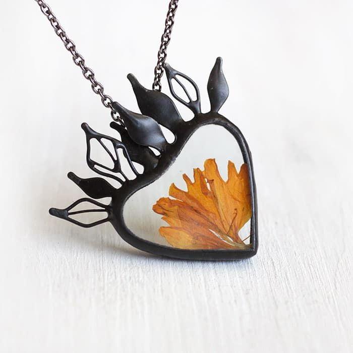 merygold-flower-petals-terrarium-necklace-artkvarta-3